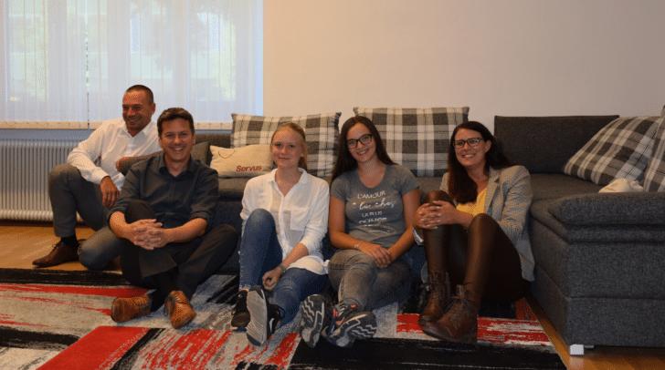 Nachhaltigkeitskoordinator Helmut Serro, LR Daniel Fellner, die Klimaaktivistinnen Lena Woschitz und Nina Weberhofer und LR Sara Schaar (v.l.n.r.)