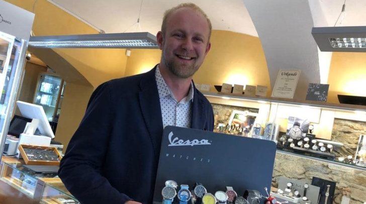 Christoph Friessnegg präsentiert die trendigen Vespa Uhren.