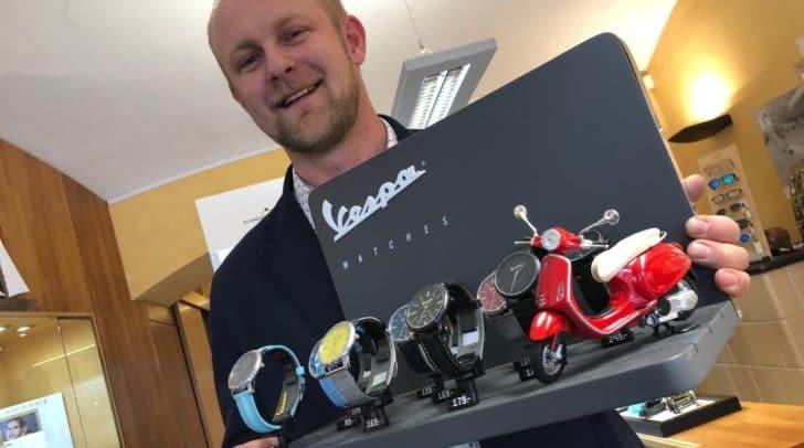 Inhaber Christoph Friesnegg verlost zum Vatertag eine moderne Marken-Uhr.