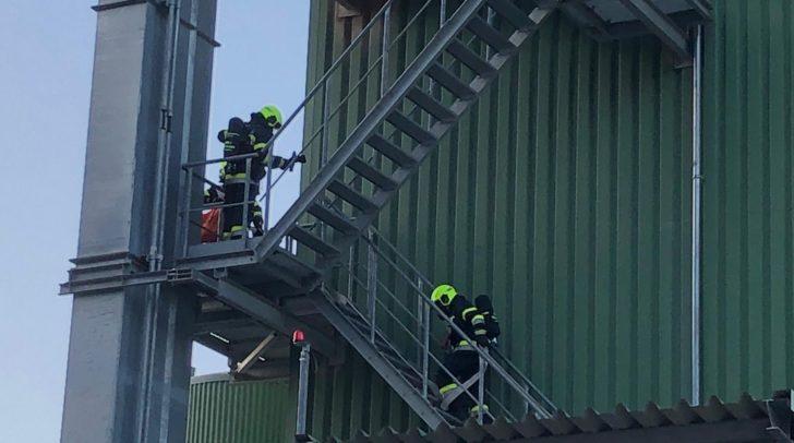 Bei der Übung wurde angenommen, dass der rund 40 Meter hohe Turm am Gelände des Unternehmens in Brand geraten war.