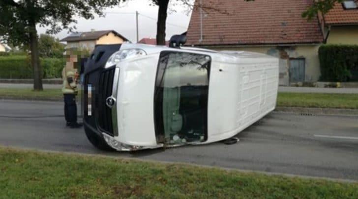 Der Kleinbus überschlug sich und kam auf der Fahrbahn zum Liegen.
