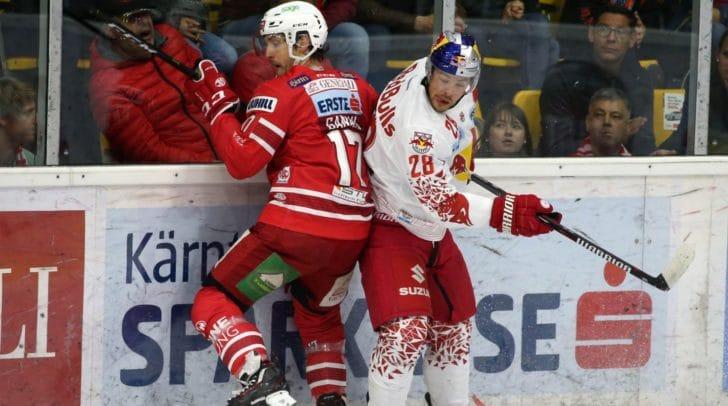 Am Bild: Manuel Ganahl vom EC-KAC und Brent Regner vom EC Salzburg im Zweikampf.