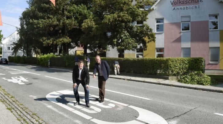 Verkehrsreferent Stadtrat Christian Scheider und Harald Remy bei der Schulwegsicherung.