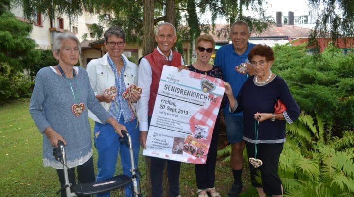 Seniorenreferent Vizebürgermeister Jürgen Pfeiler mit Mag. Karin Ertl (Seniorenbüro) und einigen Bewohnern des Hülgerthparks, die sich schon auf das beliebte Fest freuen.