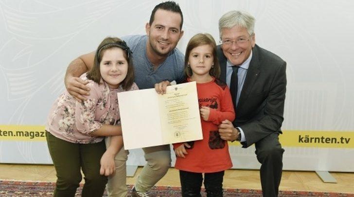 StaatsbŸrgerschaftsverleihungen durch LH Dr.Peter Kaiser LH Peter Kaiser mit Familie Samir Avdic und den Kindern Merjem und Medina.