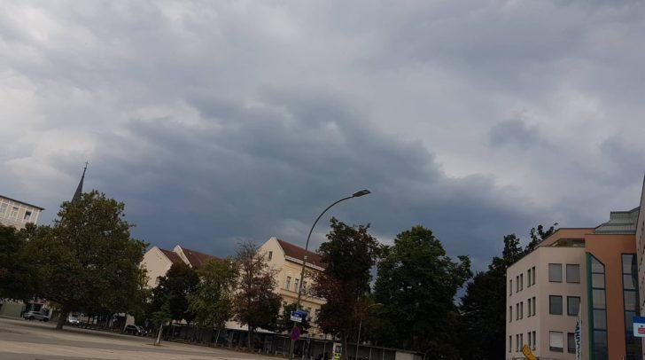 Dunkle Wolken türmen sich in Villach bereits auf. Wird es auch hier zu Gewittern kommen?