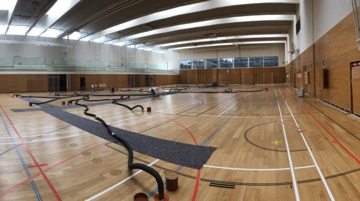 Seit Wochen wird die Sporthalle Villach-St. Martin professionell getrocknet. Die Arbeiten werden noch zwei bis drei Wochen dauern
