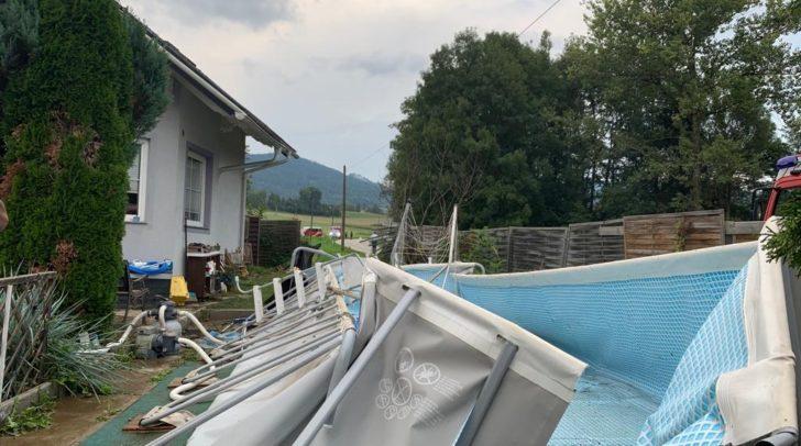 Der Swimmingpool, der mit rund 15.000 Litern Wasser gefüllt war, wurde bei der Kollision stark beschädigt.