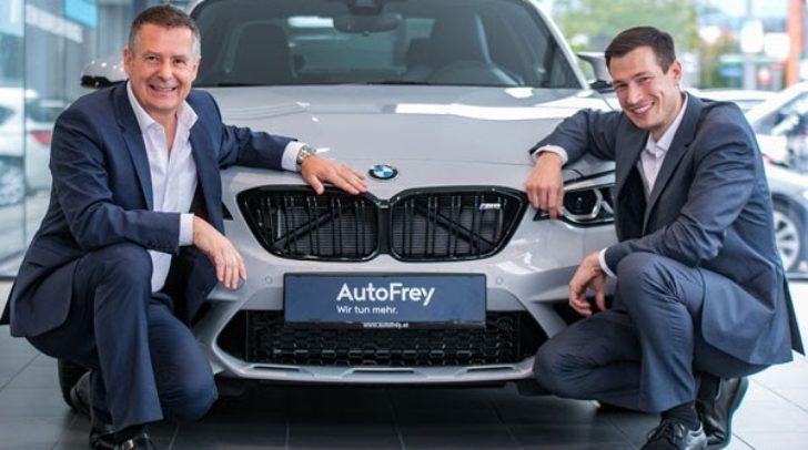 Die AutoFrey-Geschäftsführer Josef Roider (links) und Wolfgang Kendlbacher freuen sich über das 120-jährige Firmenjubiläum.