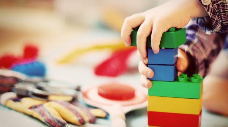 Zur Entlastung von Familien soll das Kinderstipendium angeboben werden. Von einer komplett kostenlosen Kinderbetreuung ist man jedoch noch etwas entfernt.