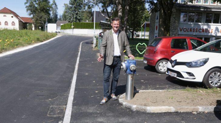 Straßenbaureferent Stadtrat Christian Scheider besichtigt die neue asphaltierte Gutendorfer Straße und den neuen Gehweg.