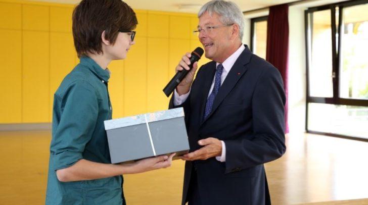 LH Peter Kaiser mit einem Schüler der NMS Lind.