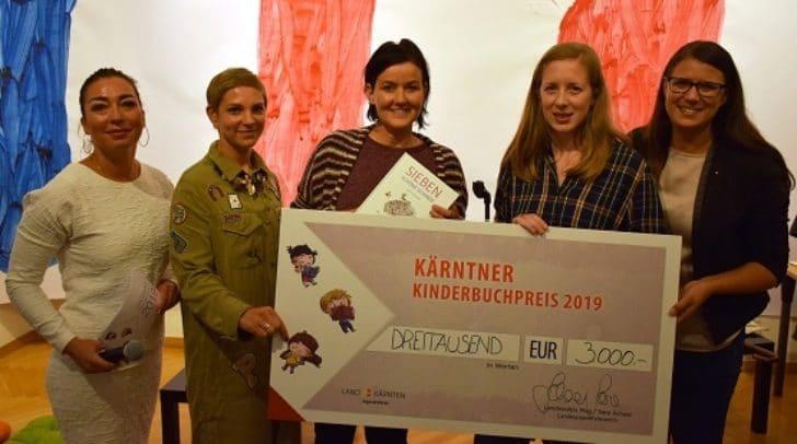 Moderatorin Kerstin de Piero, Tanja Zauchner (Landesjugendreferat), Erika Hornbogner (GF Drava Verlag), Preisträgerin Verena Schellander und Landesrätin Sara Schaar (v. l. n. r).