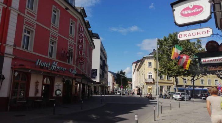 Die Bahnhofstraße musste sich heute von den bunten Kirchtagsfahnen verabschieden.
