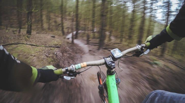 Auf seiner Fahrt mit dem Mountainbike ins Tal übersah der 61-Jährige einen Stein und kam zu Sturz.