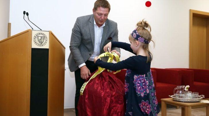 Bürgermeister Günther Albel mit Johanna.