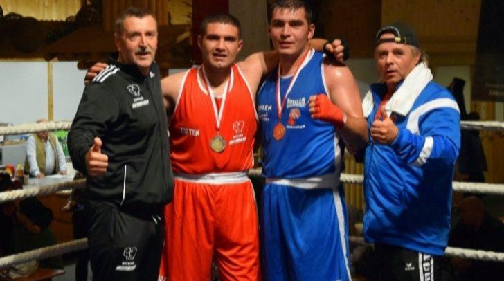 Jovan Knezevic in Blau freut sich über seinen Erfolg.