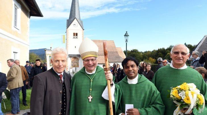 Bei der Einweihung des Kirchendaches in Augsdorf.