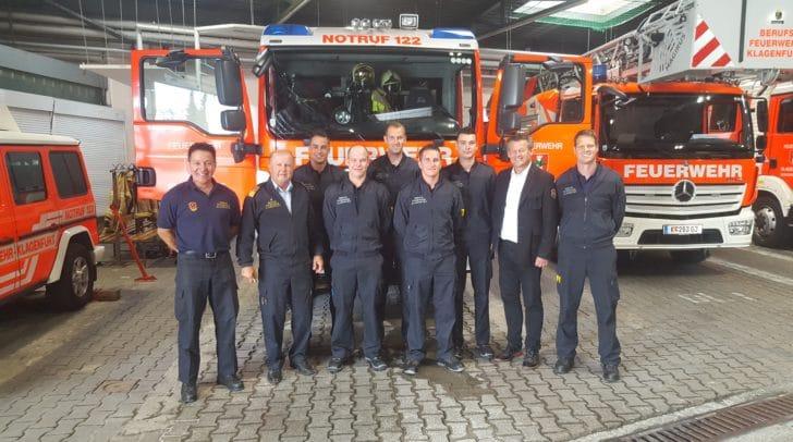 Stadtrat Christian Scheider, Branddirektor Ing. Gottfried Strieder sowie Mitarbeiter der BF Klagenfurt und die neuen Mitarbeiter.