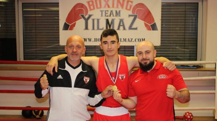 Emin Maajev mit den  beiden Vereinstrainer Kai Benewitz (l.) und Ömer Emin Yilmaz (r.).