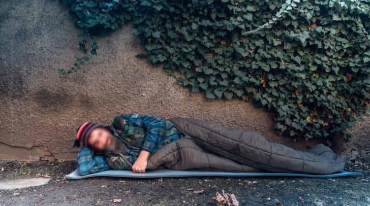 Obdachloser auf seinem Notschlafplatz.