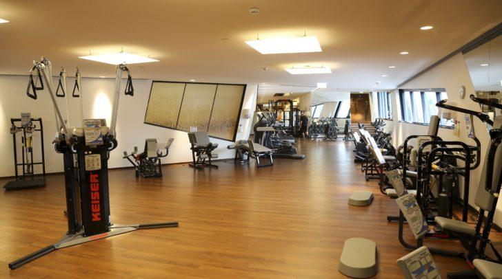 Das weitflächige Fitnessstudio überzeugt mit hochmodernen Geräten und topqualifizierten Trainern.
