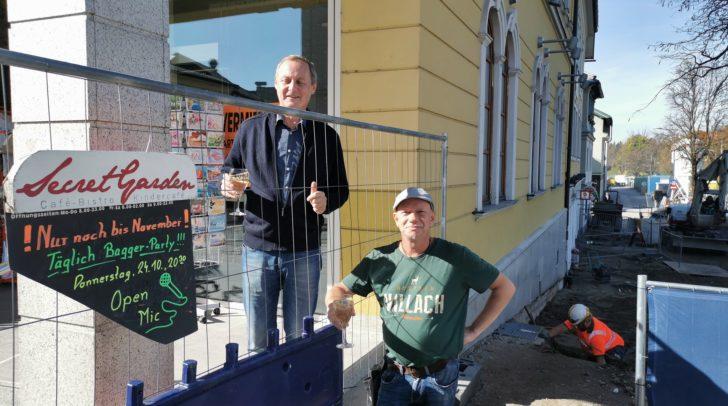 Peter Rothe (rechts) nimmt die Baustelle gelassen und lädt zur Party ein