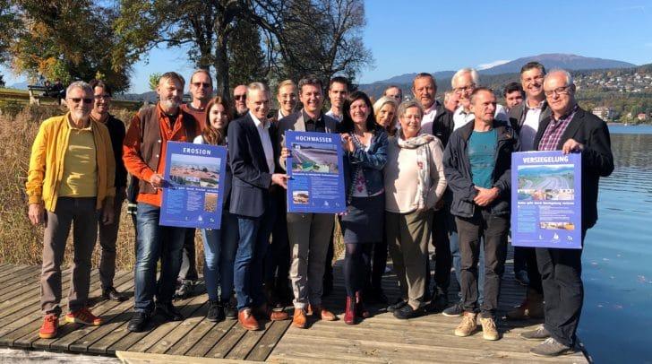 Landesrat Daniel Fellner, Bürgermeister Ferdinand Vouk, Martina Nagl (Lehrgangsleiterin Klimabündnis) und die Teilnehmerinnen und Teilnehmern des Lehrgangs.