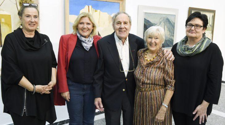 Werner Lössl mit Ehefrau Gertie, Bürgermeisterin Maria-Luise Mathiaschitz, Kulturabteilungsleiterin Manuela Tertschnig und Galerieleiterin Beatrix Obernosterer.