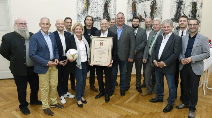 Bürgermeisterin Dr. Maria-Luise Mathiaschitz, Sportreferent Vizebürgermeister Jürgen Pfeiler und Stadtrat Franz Petritz überreichten dem Vorstand des SV Donau die Dank- und Anerkennungsurkunde.