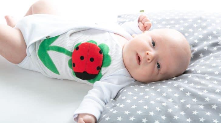Mary, der Marienkäfer, wird auf der Wäsche des Babys angebracht und gibt bei Auffälligkeiten Bescheid.