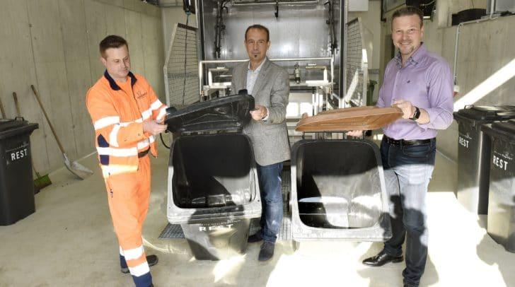 Entsorgungsreferent Vizebürgermeister Wolfgang Germ und Gernot Bogensberger (Leiter Abteilung Entsorgung) nehmen die neue Behälterwaschanlage offiziell in Betrieb.