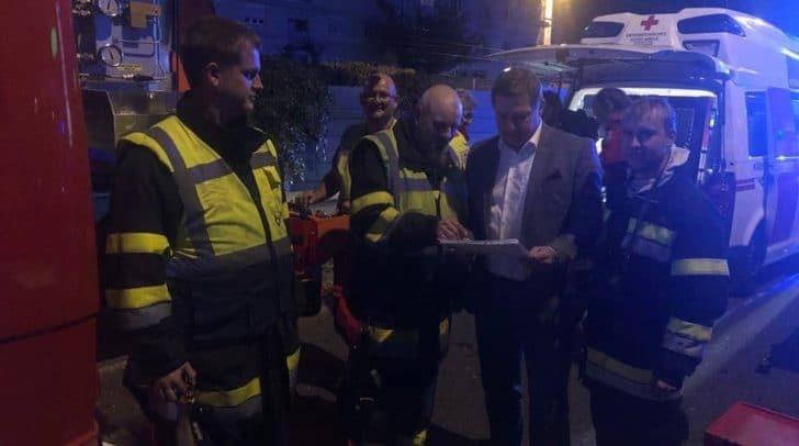 Nach Großbrand: Bürgermeister Günther Albel sieht sich die Lage vor Ort an und dankt allen Einsatzkräften.