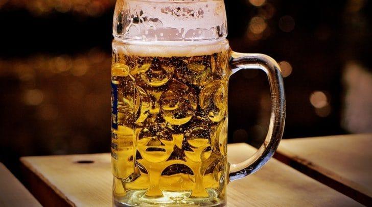 Ein reflektierter Umgang mit Alkohol ist enorm wichtig, wenn es darum geht, Suchtverhalten vorzubeugen.