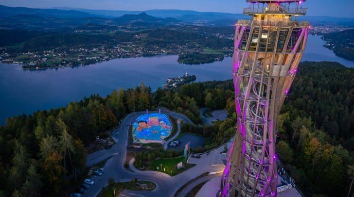 Das weltweit größte dreidimensionale Bild zum Thema Umweltschutz und drohende Klimakatastrophe am Fuße des Turmes hat die Anzahl der Gäste im Oktober von 22.000 auf über 25.000 gesteigert.