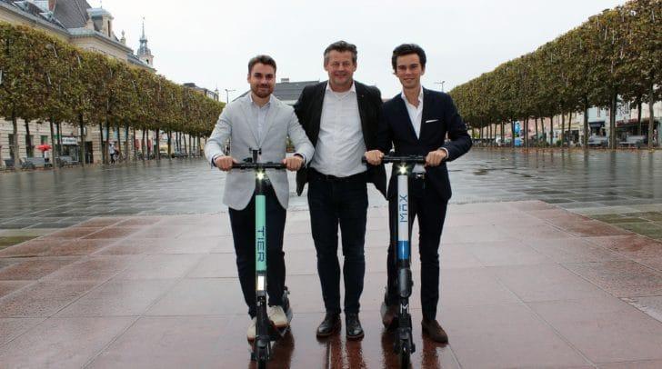 """Jakob Orgonyi (""""Tier""""), Verkehrsreferent Stadtrat Christian Scheider und Maximilian Fischl (""""Max Motion"""") zogen eine positive Zwischenbilanz zum E-Scooter Verleihsystem in Klagenfurt."""