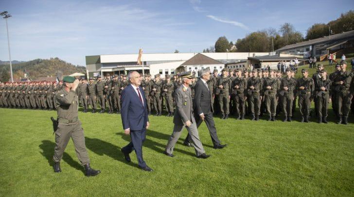 Abschreiten der Ehrenformation durch Oberst Roland Pichler, Bgm. Valentin Blaschitz, Militärkommandant Walter Gitschthaler und LH Peter Kaiser.