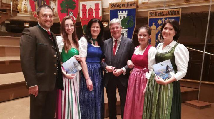 LH Peter Kaiser, Roman Pöltner und Barbara Riener mit Chorsängerinnen