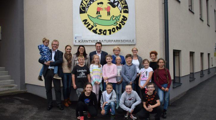 Landesrätin Sara Schaar freut sich mit den Vizebürgermeistern Reinhard Antolitsch und Karl Zußner, VS-Direktorin Evelyn Schwenner, den Lehrern und Schülern über die Auszeichnung.