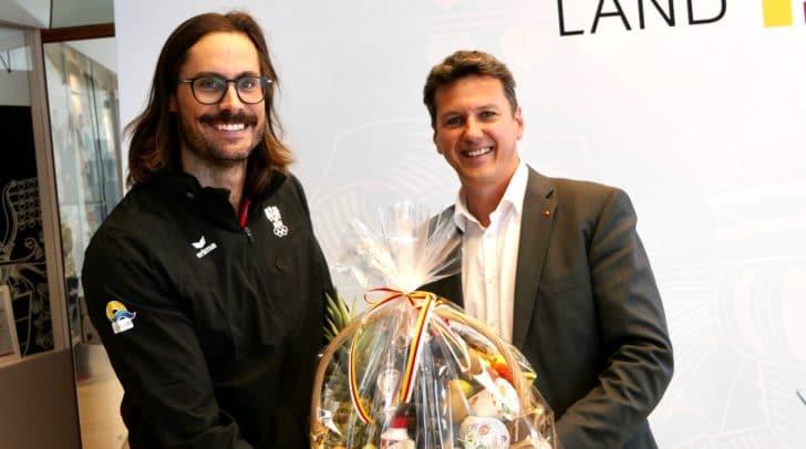 LR Daniel Fellner verabschiedet Wasserski-Springer Claudio Köstenberger zu den Wold Beach Games