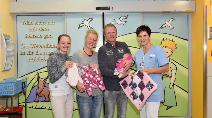 """Nadja Goritschnig (ganz links), welche das Projekt """"Kleines Knöpflein"""" initiiert hat, Stationsschwester der Neonatologie Lisbeth Janschitz (ganz rechts) und die Eltern mit ihrer kleinen Rosa."""