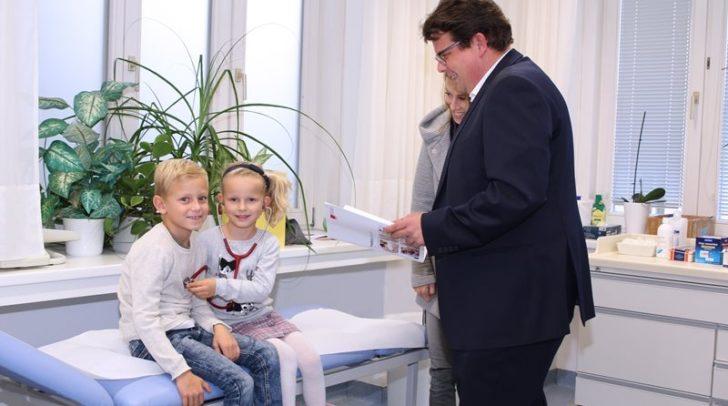 Auch Anna und Benjamin, hier mit Gesundheitsreferenten Stadtrat Christian Pober und ihrer Mama, zählen zu den Villacher Kindern, die regelmäßig am Gesundheitscheck teilnehmen.