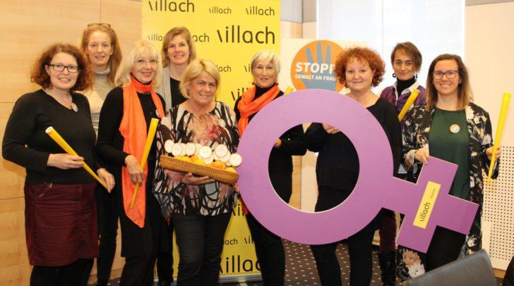 """Mit Performances und orange beleuchteten Gebäuden macht die Stadt Villach auf das Thema """"Gewalt an Frauen"""" aufmerksam."""