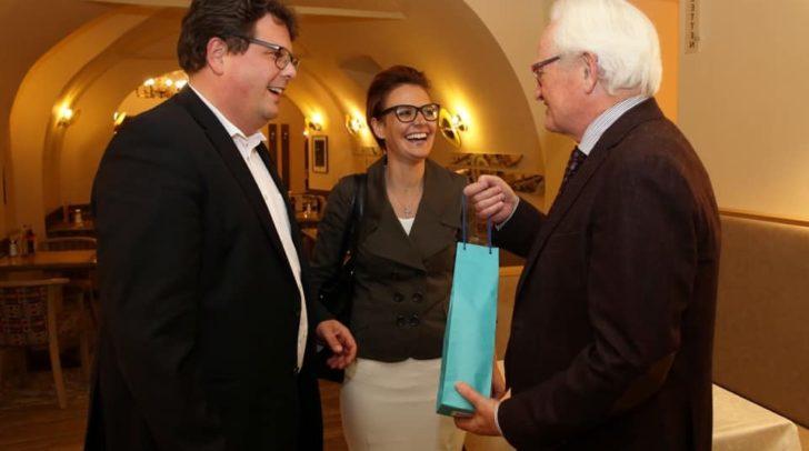 Christian Pober und Katharina Spanring gratulieren dem Villacher Unternehmer.
