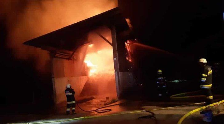 Ein Anrainer bemerkte das Feuer und alarmierte die Einsatzkräfte.
