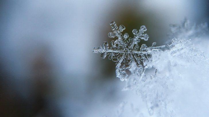 Die Schneefallgrenze sinkt am Sonntag auf unter 1.000 Meter. In den höher gelegenen Tälern kann es somit schneien.