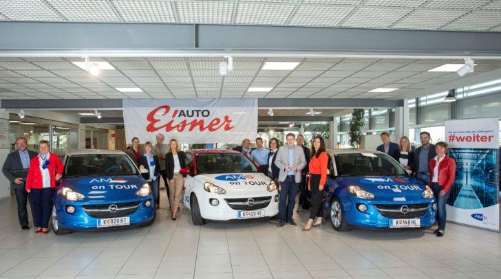 AMS-Landesgeschäftsführer Peter Wedenig und Carmen Durchschlag  (Leiterin Service für Unternehmen) mit dem AMS-Team.