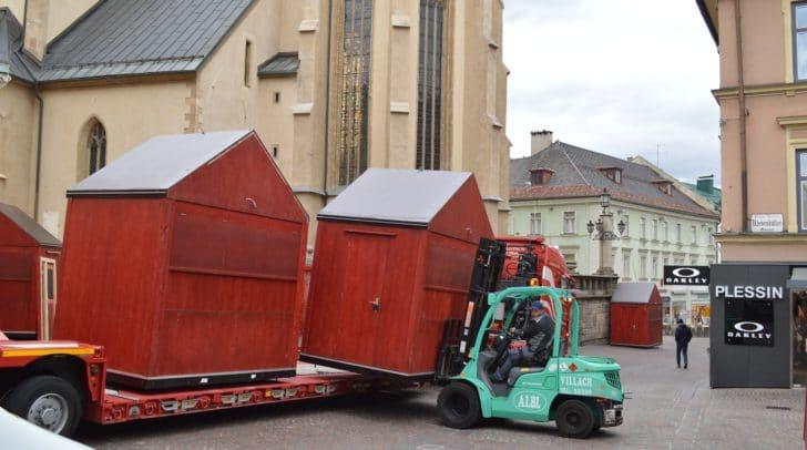 Heute, Samstag, wurde mit dem Aufstellen der Adventhütten in der Villacher Innenstadt begonnen.