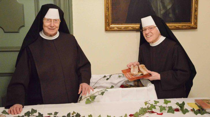 Das Brot wurde im Krankenhaus der Elisabethinen an die Patienten verteilt.