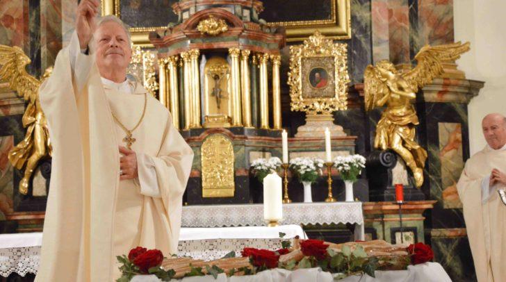 In Erinnerung an das Rosenwunder segnete Dompropst Msgr. Engelbert Guggenberger Elisabethbrot.